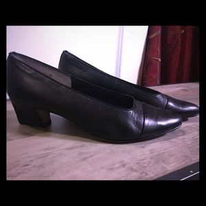 Closed toe Van Eli short heeled pumps, like new!!